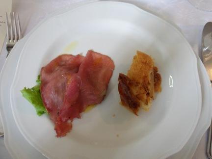 Carne salata su misticanza e strudel di pere e zenzero
