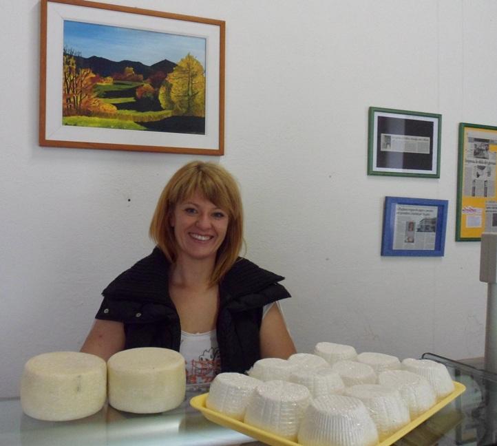 Silvia Floram tra i suoi formaggi