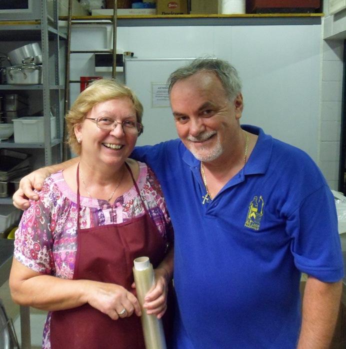 La Signora Anna e un volontario in cucina alla Sagra dello Struzzo di Pozzuolo