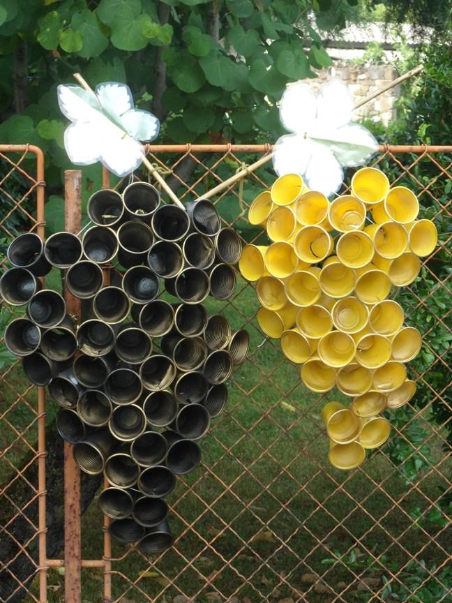 Uva realizzata coi bicchieri di plastica