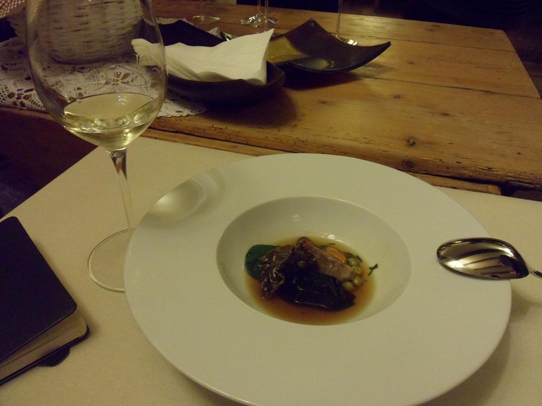 Maiale in zuppa di alghe, ortaggi, cozze e nero di seppia