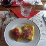 Crostini di polenta con formaggio e salame