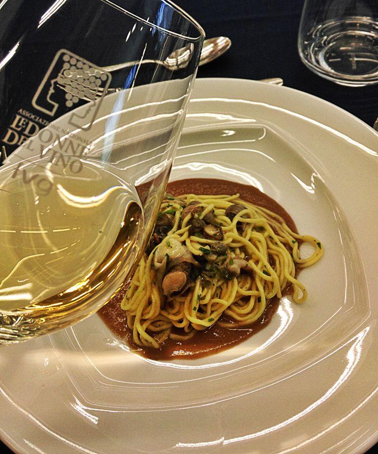 Spaghetti alla chitarra con garusoli, aglio, olio, peperoncino e crema di lenticchie
